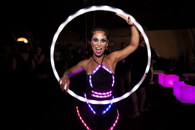 Evento de final de ano do Consulado Francês com atração circense Bambolê led, São Paulo.