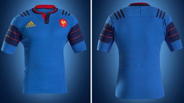 48208576d4 Detalhes em vermelho aparecem na gola e em finas listras horizontais na  manga da camisa.