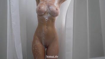 Jovencita con hermosa cuerpo en la ducha @XSLOOWLY