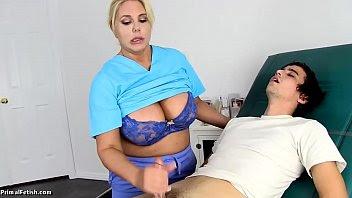 La enfermera karen fisher cura a uno de sus pacientes follándoselo