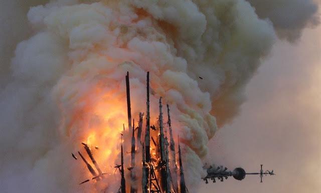Torre da catedral de Notre-Dame desmorona em grande incêndio