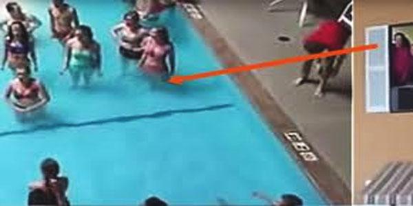 Les adolescents s'immobilisent en plein milieu de la piscine, puis elle commence à filmer, ce qu'elle capte donne des frissons!