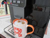 preparazione del cappuccino con Cecotec Cumbia Power Matic-ccino 6000