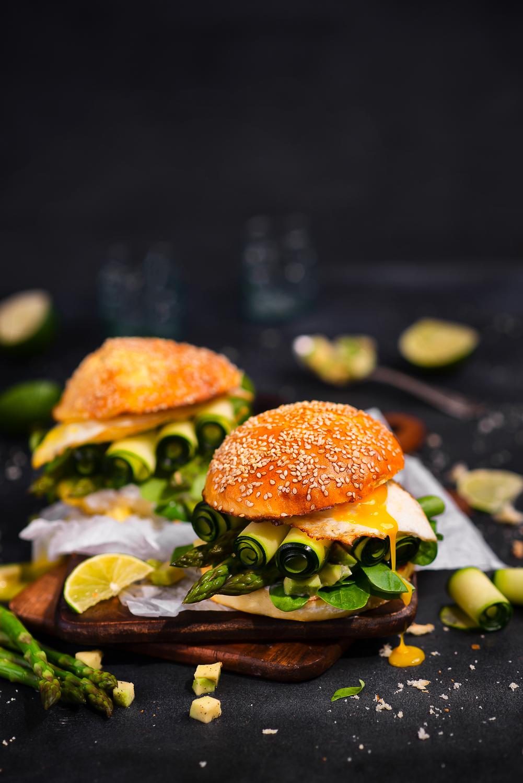 Wegetariańskie zielone burgery ze szparagami, cukinią, awokado i jajkiem