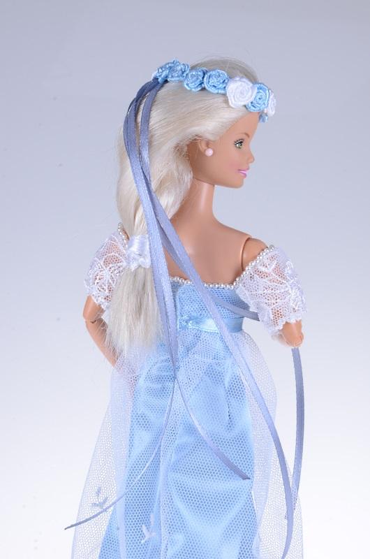 Wianek z róż dla lalki Barbie.