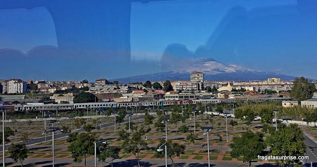 Centro de Catânia, Sicília, com o vulcão Etna ao fundo