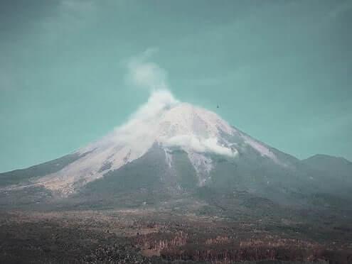 gunung semeru muntah lava pijar 300 meter - foto pendakigengsi
