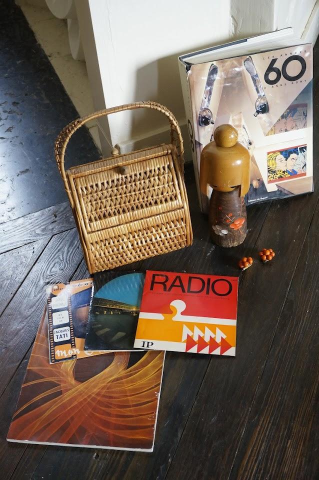 un bouquin complet sur les années 60 , des disques  Radio avec la fameuse pub Vin Granji par France Gall