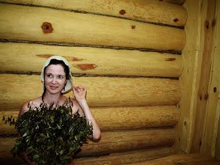 Девушка с березовым веником в русской бане