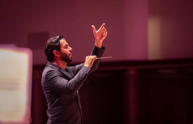 Domingo Hindoyan rehearsing, 20 June 2021 (Photo Brian Roberts)