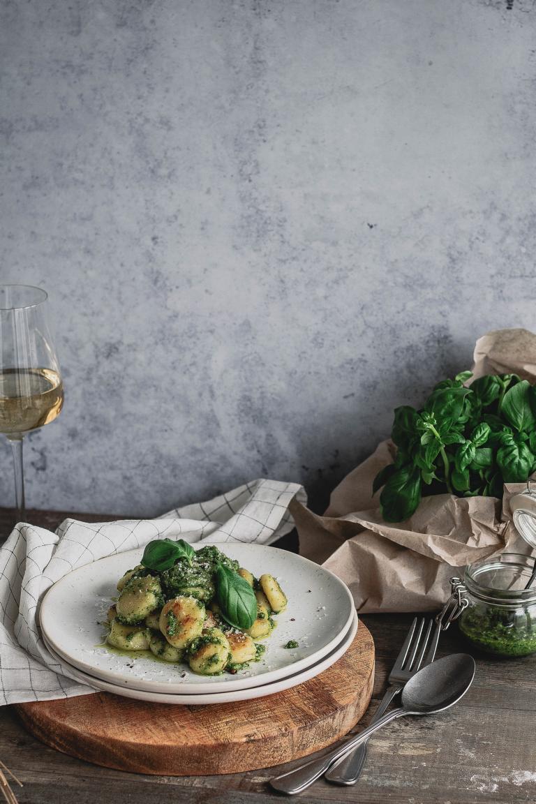 Ein Teller Gnocchi mit Pesto