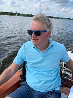 man in bootje op meer