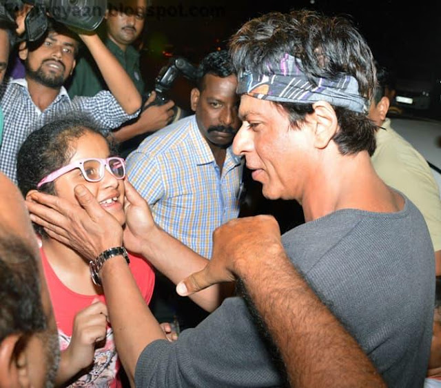 shahrukh khan with his little fan pic