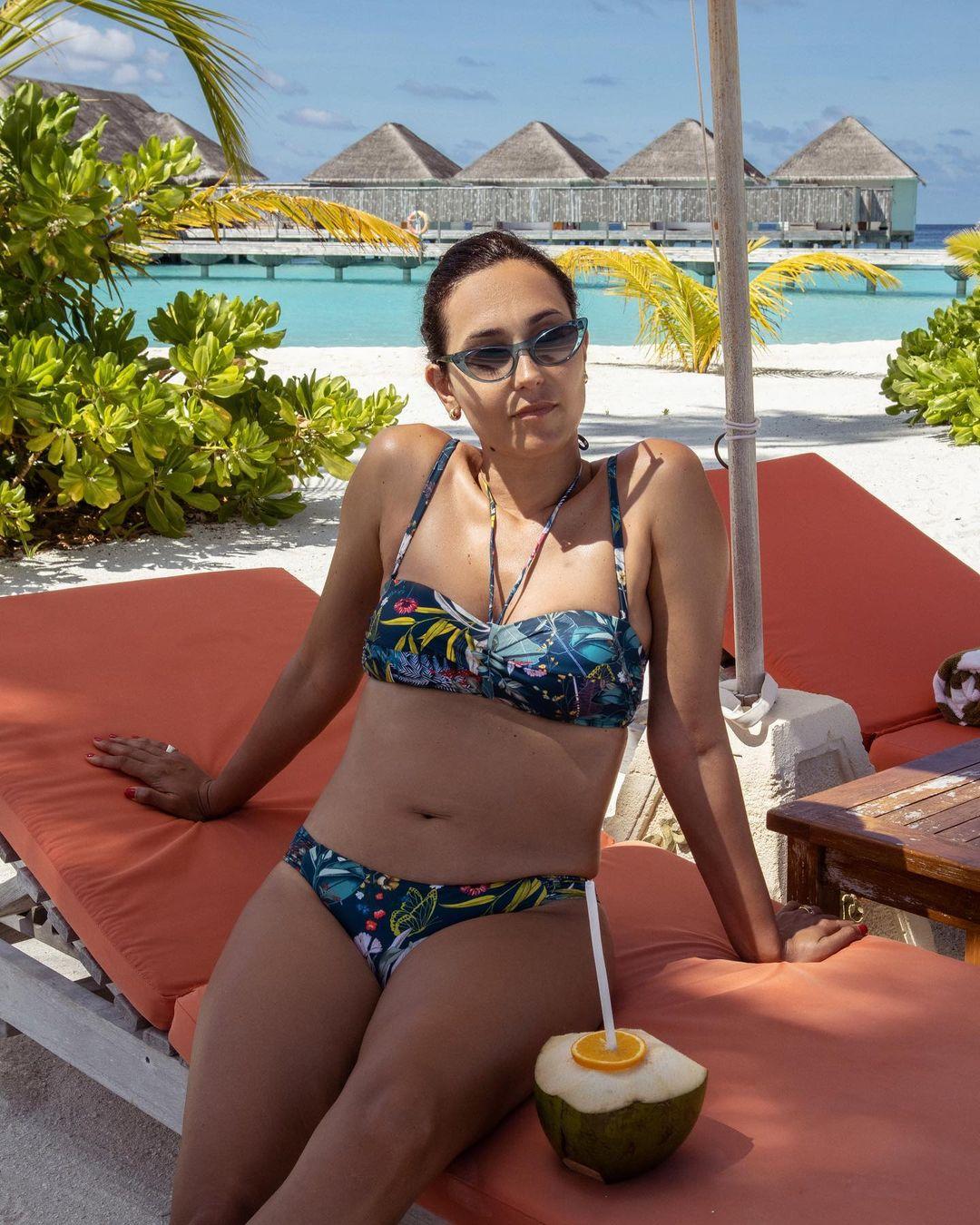 Caterina Balivo in spiaggia con bellissimo bikini della Triumph