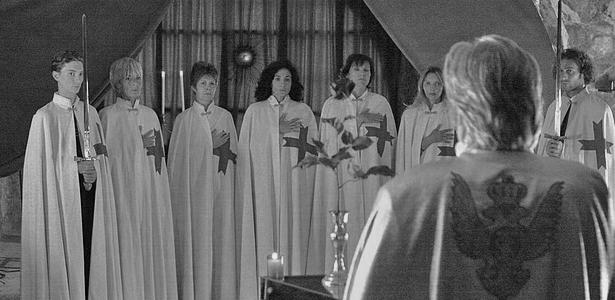 Joseph De Mambro mendirikan sebuah kelompok di Jenewa, Swiss bernama The Order Of The Solar Temple pada tahun 1984-an. Dia mengklaim bahwa dia ingin menghidupkan kembali Knights Templar yang mana merupakan ordo militer Katolik yang didirikan pada tahun 1119