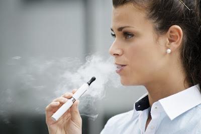 """أطباء يعلنون عن أول """"كارثة"""" سببتها السجائر الإلكترونية"""