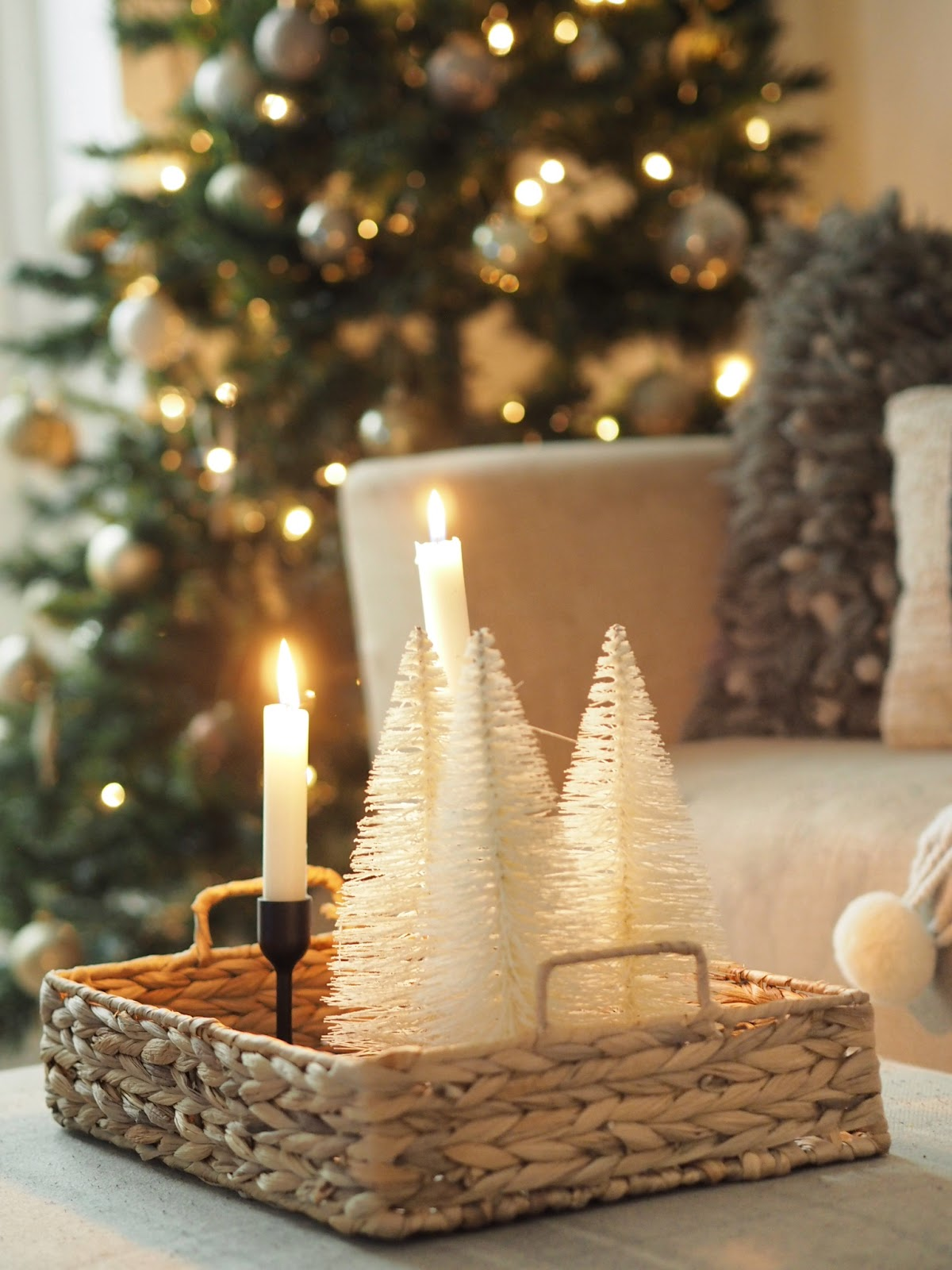 Christmas home interior inspiration in this small home christmas tour. How to style your home for christmas this year on a budget, with lots of decorations re-used from previous years.