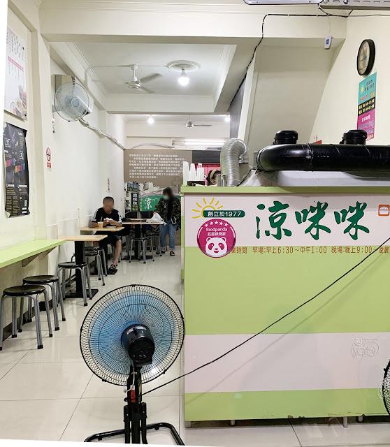 台南|中西區 「涼咪咪|府前店」是宵夜也是早餐的美食老店|招牌必吃黑胡椒豬排、烤饅頭