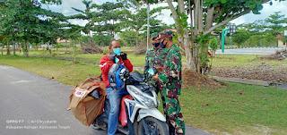 Anggota Denzibang 2/Plk bagi masker di Katingan kunci cegah COVID-19