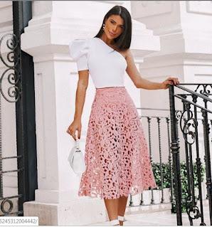 Renda é um tecido que vem ganhando muito espaço nas tendências, a rende é um tecido delicado, romântico, que fica bem em vestidos, blusas, saias, e hoje vamos nos inspirar em alguns looks de renda rosa, já que estamos no Outubro Rosa.