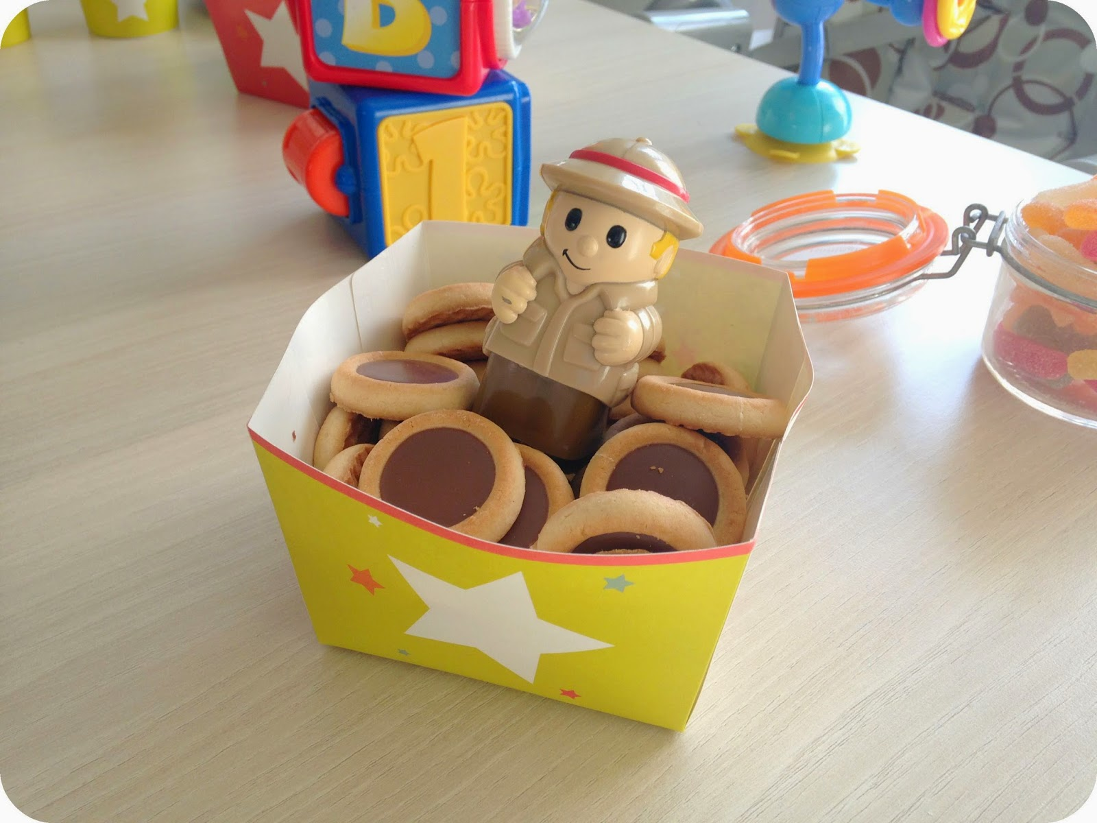 présentation de biscuits tartelettes au cholocat avec jouet gouter
