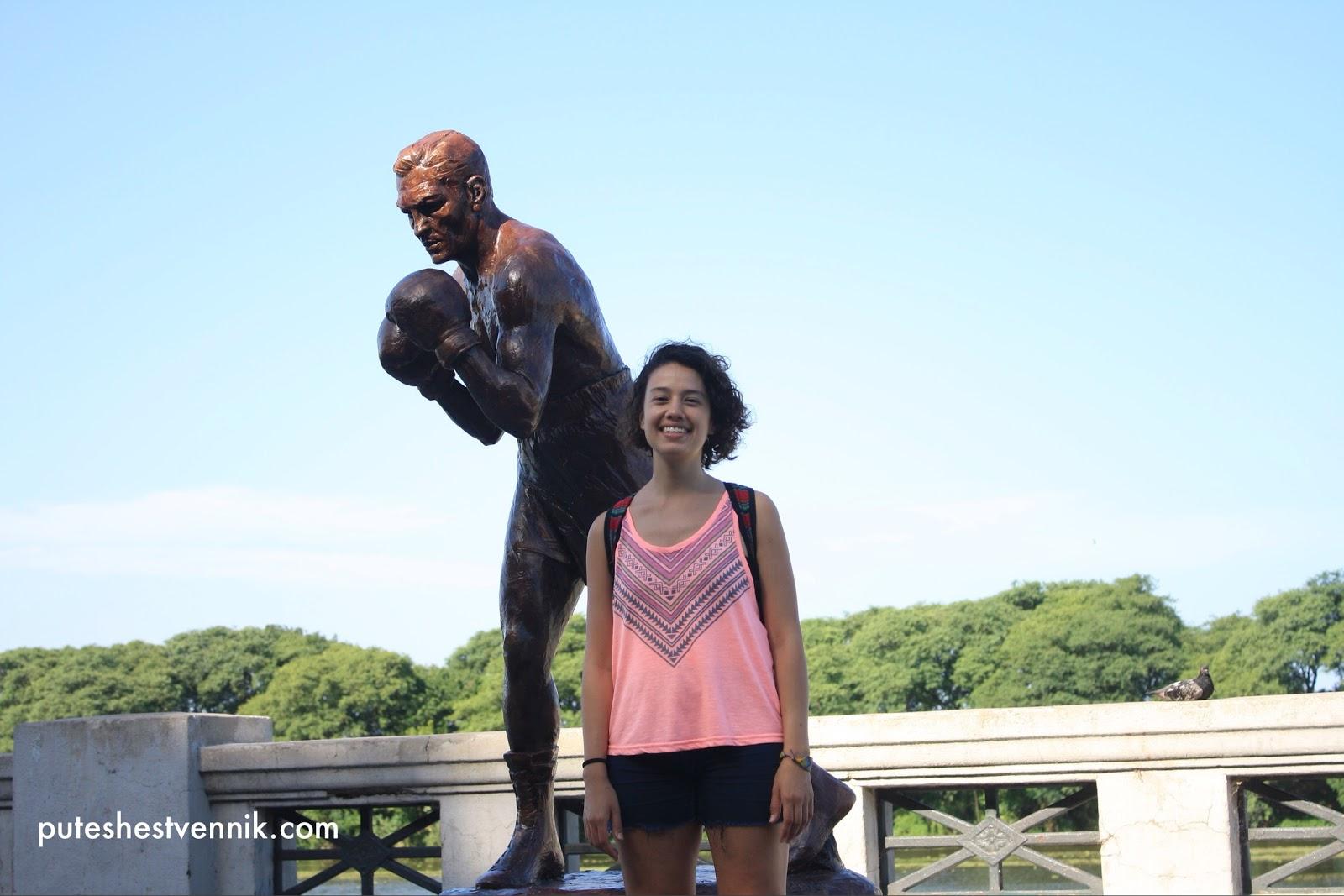 Девушка и памятник боксеру