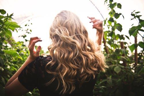 10  حلول مُجربة  لتكثيف الشعر و تقويته