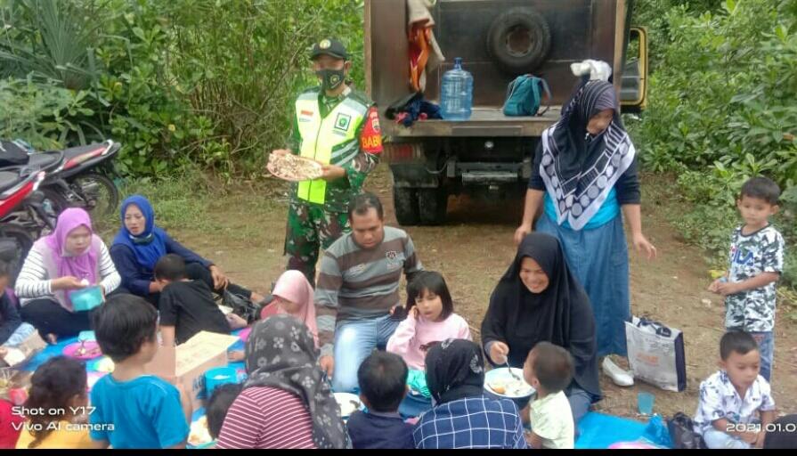 Cuaca Ekstrim, Babinsa Kurnia Irwan Himbau Kepsek dan Wali Murid TK Assofa Untuk Berhati-Hati Berlibur di Pantai Sebagul Setengar