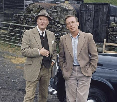 Siegfried Farnon (Robert Hardy) and James Herriot (Christopher Timothy) in All Creatures Great and Small