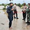 Kapolsek Polsel Bersama Danramil Polsel Pantau Daerah Rawan Banjir Di Wilayahnya