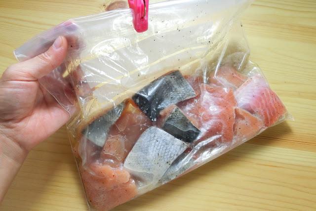 保存用袋に【下味調味料】を作り、にんにくと塩を他の調味料としっかり混ぜてから鮭を加えて軽くもみ込んだら液だれしないように袋のくちを閉じて冷蔵庫でひと晩寝かせます。 時間がない場合は最低2時間は浸けこんでください。