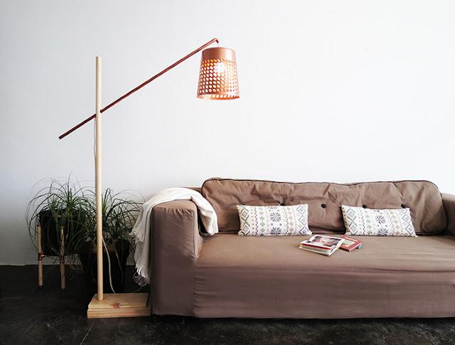 Lámpara de suelo hecha con una papelera