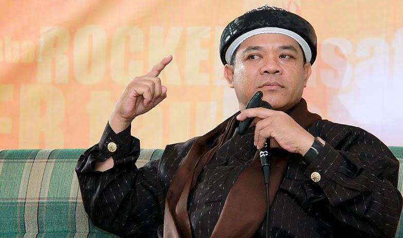"""BANJARBARU - Da'i Mantan Rocker, Ustadz Hari Moekti menyentil orang yang anti syariah. Menurutnya, seruan menerapkan syariah dalam bingkai khilafah sering kali menjadi momok bagi kalangan kapitalis sekuler. Ironisnya, itu justru dilakukan orang yang katanya mengaku muslim.  Sering kali katanya, mereka yang anti syariah lantang berdalih bahwa Indonesia bukan negara Islam, bukan negara Alquran. Indonesia menurut mereka adalah negara pancasila yang berdasar UUD 1945, lebih tinggi dari alquran.  """"Saya katakan kepada mereka, hey Gus, sampean kalau meninggal jangan baca tahlil. Baca saja UUD '45, terserah ayat berapa saja, pasal berapa saja. Tidak usah Yasinan, wiridannya pakai UUD saja,"""" cetusnya disela Dauroh Akbar Hizbut Tahrir Indonesia Kota Banjarbaru di Masjid Jami Al Mukarromah, Landasan Ulin, Kota Banjarbaru, Kalimantan Selatan, yang dihadiri tak kurang dari 800 warga Banjarbaru, Sabtu (21/2/2015).   Alquran tegas Hari Moekti, bukan untuk dilecehkan. """"Alquran untuk pahami, diamalkan dan disebarkan. Pahami, amalkan, sebarkan,"""" serunya.   Sebab dengan begitu menurutnya, seorang muslim akan menemukan hidayah, jalan kebaikan bagi hidupnya.  [*]"""
