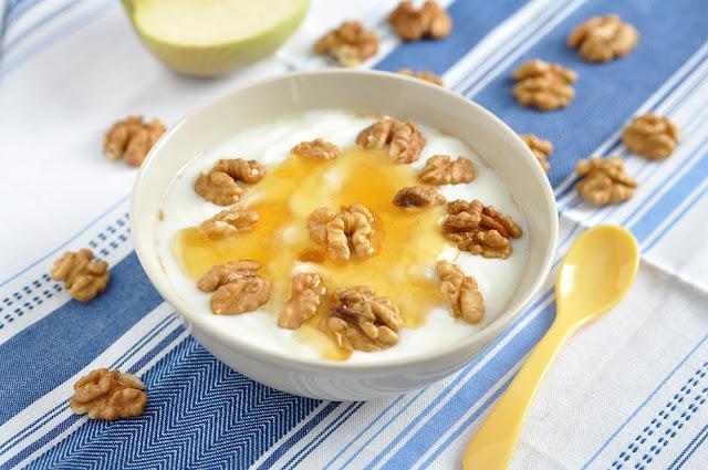 Iaurt grecesc cu miere si nuci