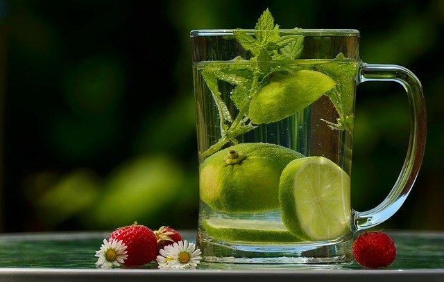 गुनगुने पानी में नींबू मिलाकर पीने के फायदे।