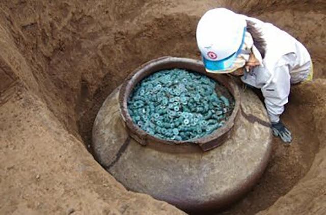 Uma jarra com milhares de moedas samurai medievais