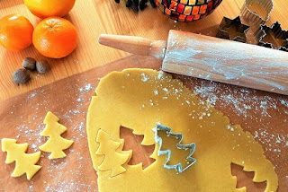 masa de galletas navideñas con rodillo y moldes navideños