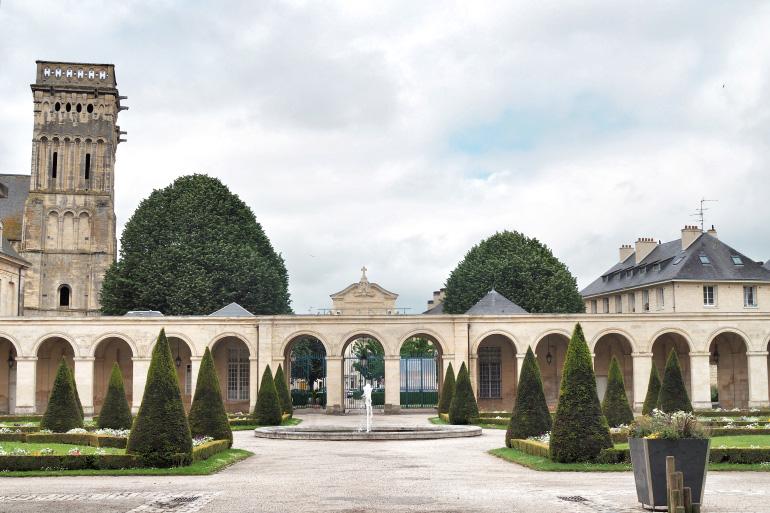 Cour de l'abbaye aux Dames de la ville de Caen