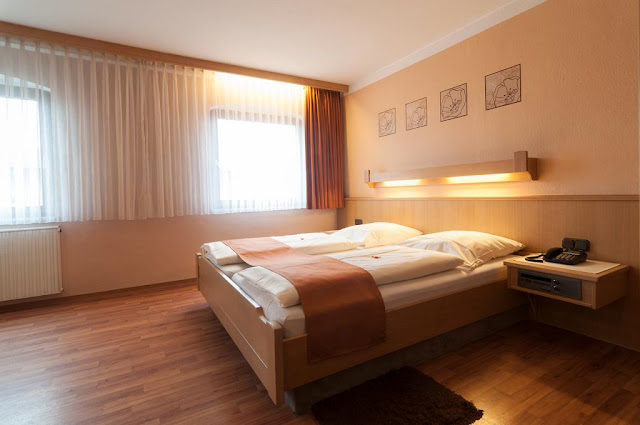 https://www.booking.com/hotel/de/rothenburger-hof.en.html?aid=960979&no_rooms=1&group_adults=1
