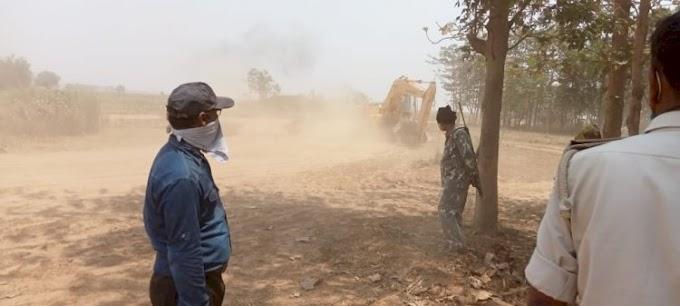 कोईलवर में अवैध खनन करते पोकलेन मशीन और ट्रैक्टर जब्त, डीएसपी के नेतृत्व में चला छापेमारी अभियान