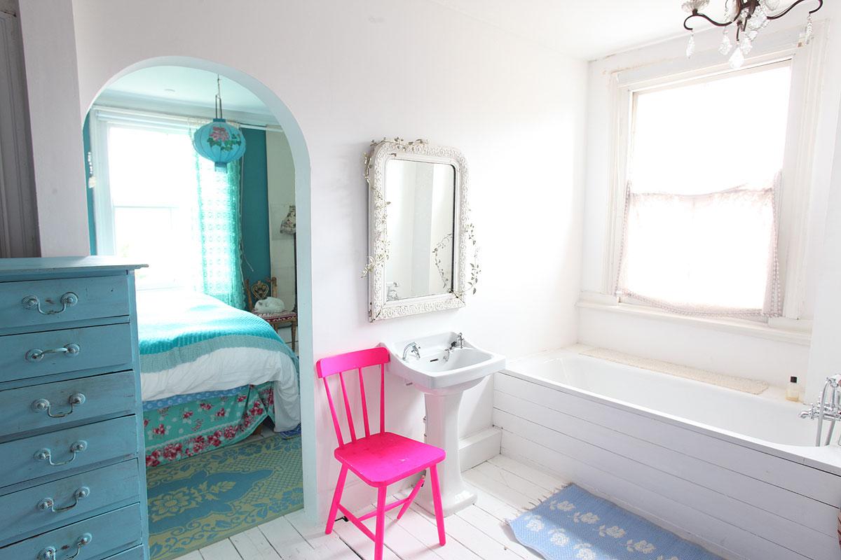 różowe krzeslo, biała podłoga