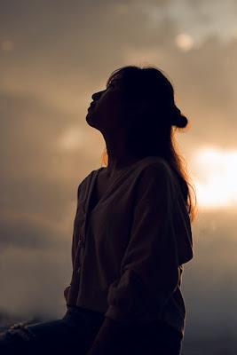 cara menghilangkan kesepian menurut islam, merasa kesepian menurut islam, psikologi orang kesepian, cara mengatasi kesepian menurut psikologi, ya allah aku merasa kesepian, quotes kesepian, obat kesepian menurut islam, kata-kata merasa sendiri, cewe merasa kesepian, cewe sendiri, menghilangkan kesepian, silence, introspective, inner, voice, outcast, quiet, lonliness