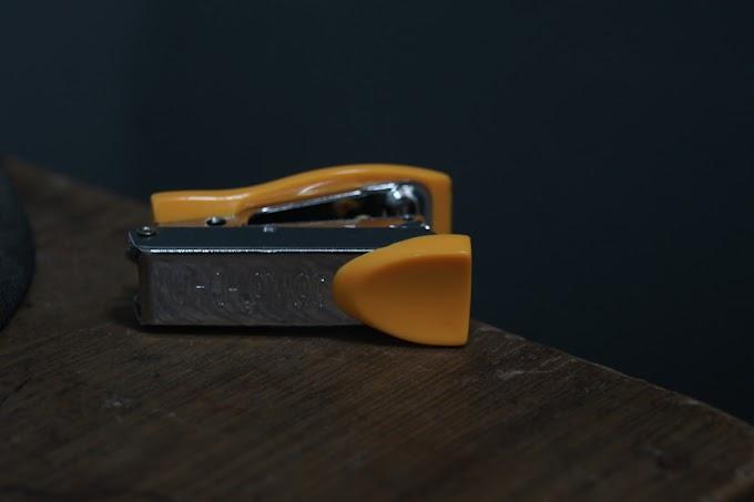 Stapler kuning di atas meja