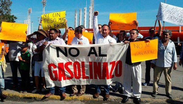 Mexicanos protestan contra el aumento del combustible