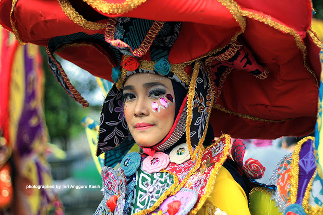 Peserta karnaval dengan batik komtemporer.