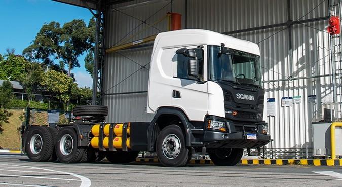 Scania e Comgás firmam parceria para aumentar frotas de caminhões e ônibus movidas a gás