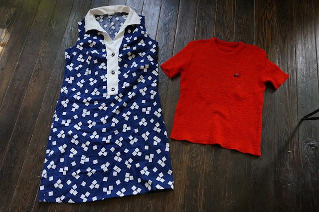 une robe tablier des années 70 et un pull tricot à manches courtes ... qui avait déjà la broche coccinelle   70s geometric print dress , vintage knit top , ladybug brooch