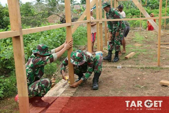 Satgas Yonif MR 411/PDW Kostrad Bantu Warga Perbatasan Bangun Rumah