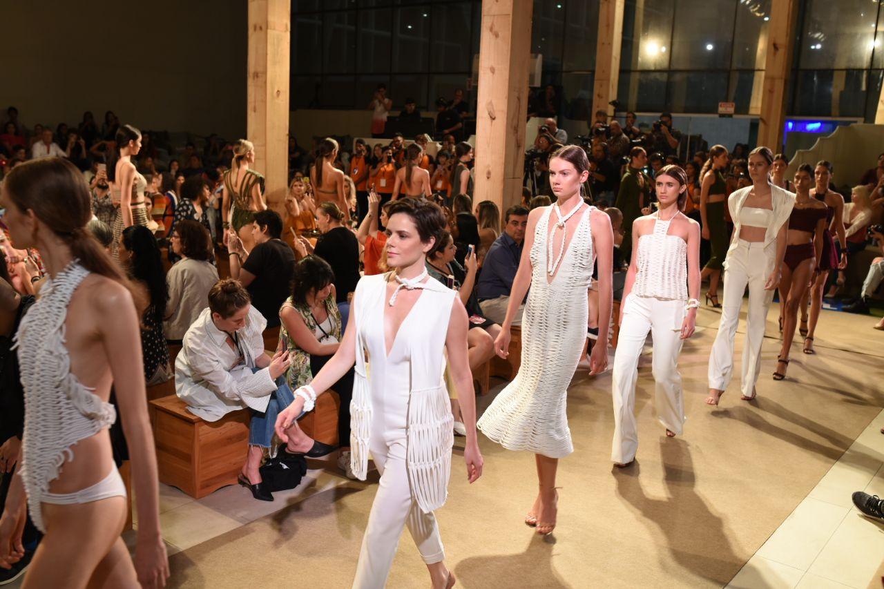 fb5b913fe4fd O segundo dia de Dragão Fashion Brasil (DFB) Festival 2018 teve ritmo  efervescente do maior encontro de moda autoral da América Latina que também  passeia ...