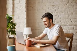 homem disciplinado estudando em casa ead
